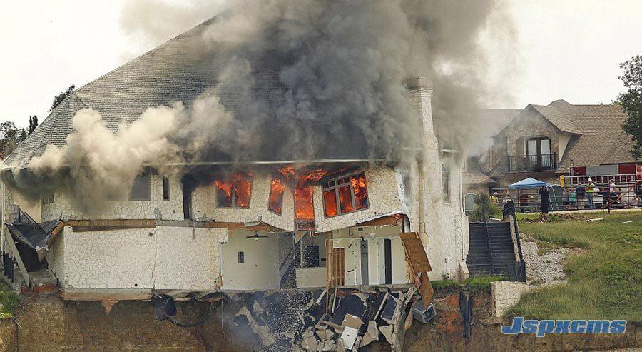 【美国土豪】搬家后烧掉自家370平米豪宅据《每日邮报》报道,美国德克萨斯州一对夫妇烧掉了自己372平米的豪宅,这座豪宅坐落在75英尺(约合23米)的峭壁边。大约两周前,房屋的主人举家搬迁,并把所有能带走的东西全部带走,他联系了当地的工程部门,咨询了处置这处房屋的最佳方案。